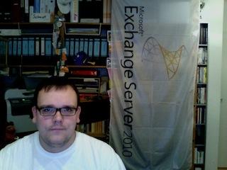 Blick von der iSight Kamera des Apple iMac auf Chrischmi und seine Exchange-2010-Fahne ;-)
