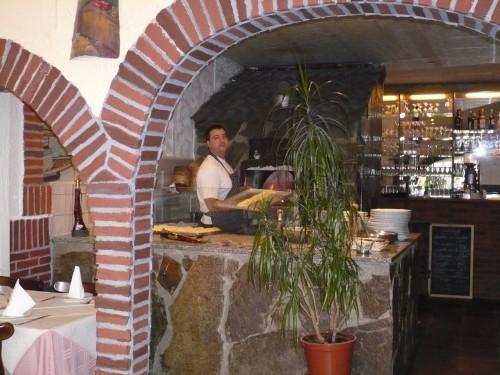 Inhaber Salvatore Capello vorm Pizza-Holzofen